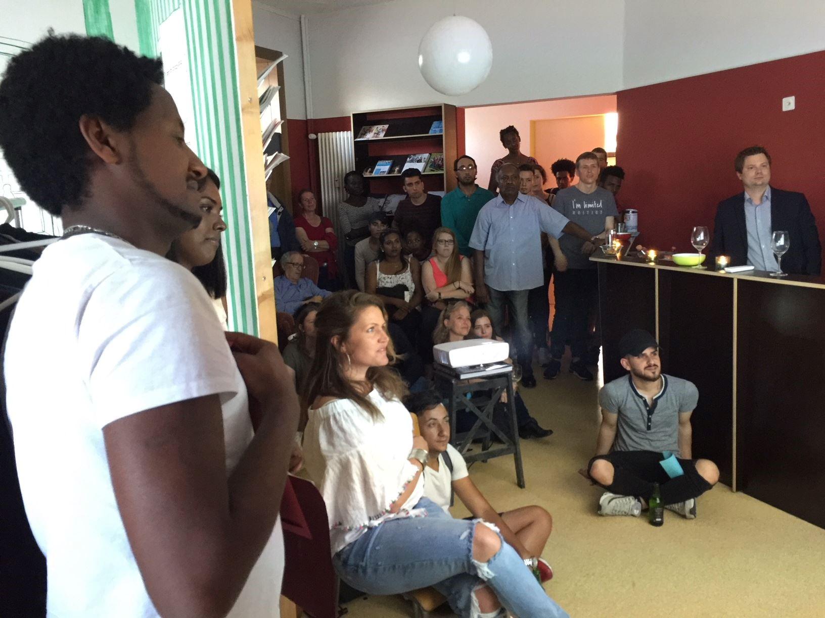 Gespannte Aufmerksamkeit mit Blick auf die Leinwand – das Publikum bei der Premiere des Kurzfilms.