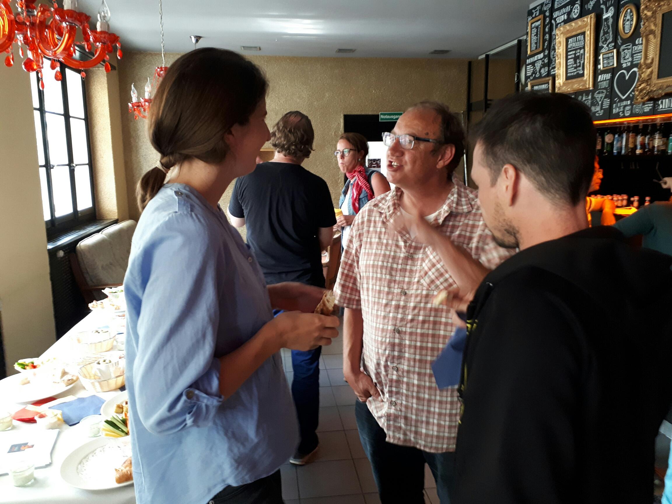 Gäste und infoklick.ch-Geschäftsleiter Markus Gander (Mitte) diskutieren über das Referat.