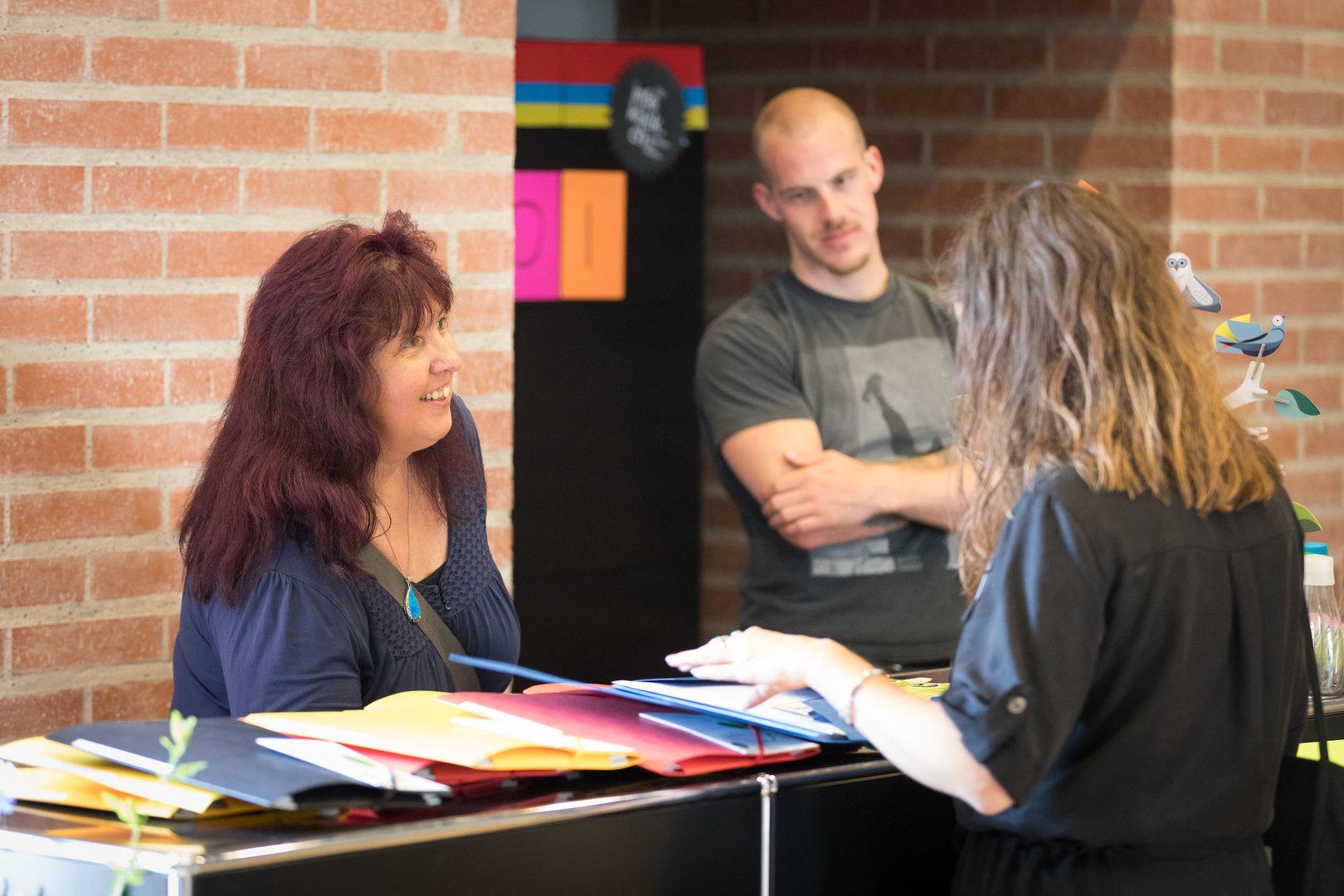 Check-in, Auskunft geben und ein Ohr für jedes Anliegen haben: Gabriela Jakob und Nils Haas beim Empfang.