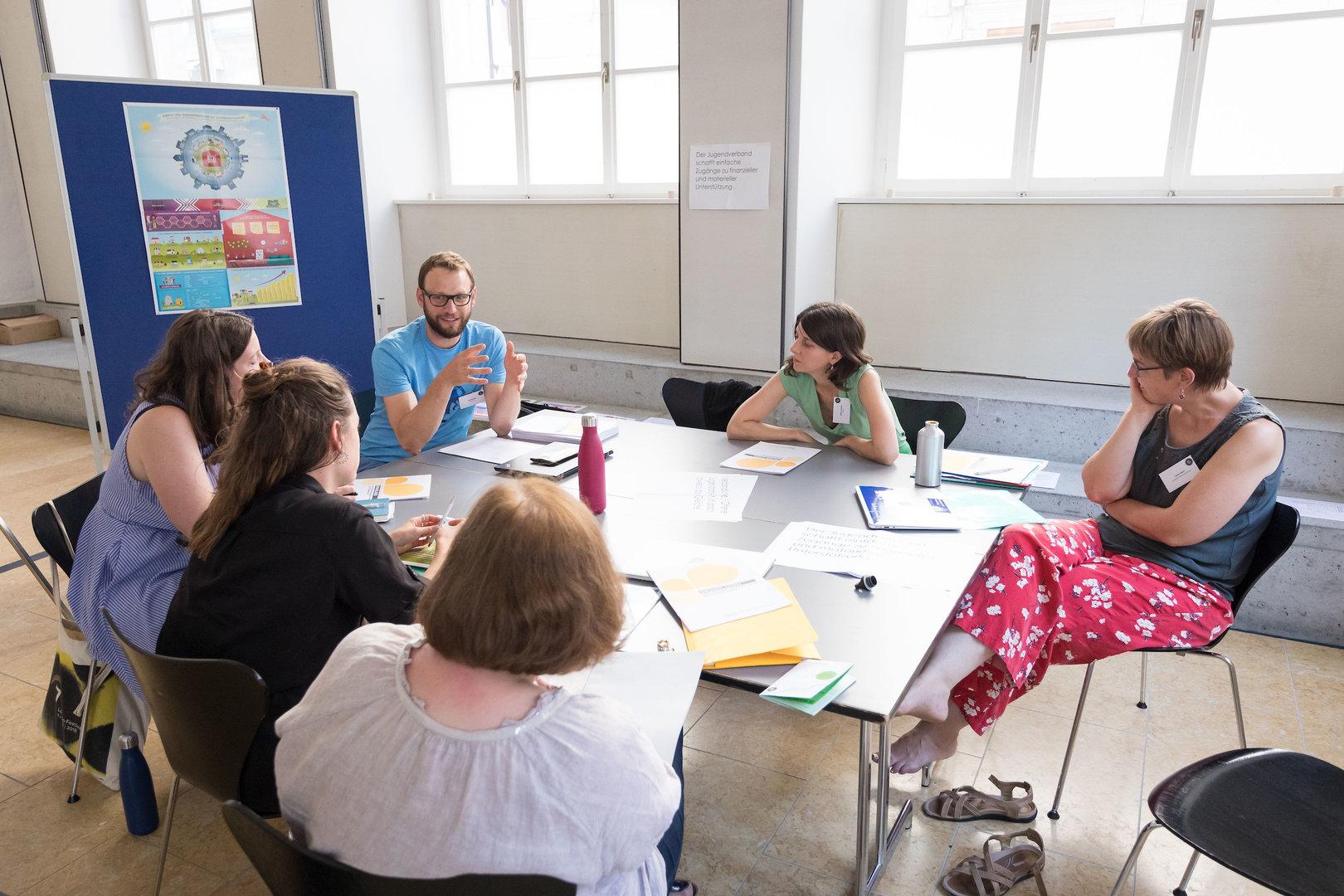 """Samuel Gilgen (jugend.gr) beginnt seinen Teil des Workshops """"Verbandliche Jugendarbeit UND offene Jugendarbeit ergeben..."""""""