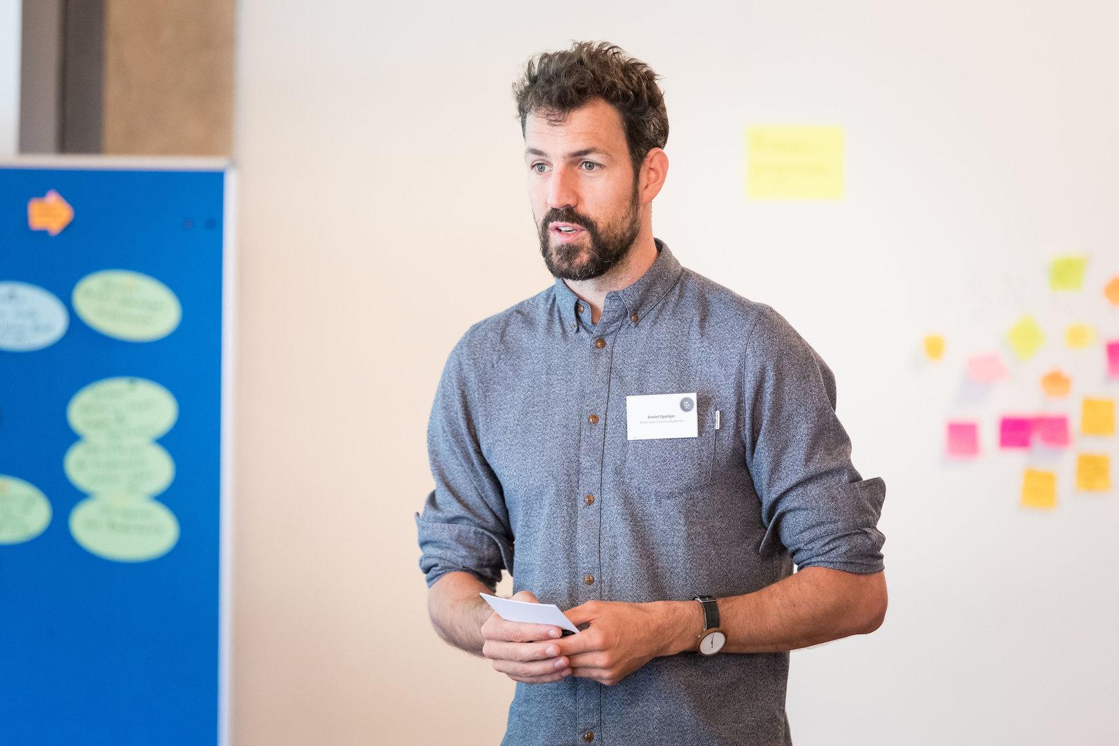 Daniel Oppliger, der die Akademie durch die Woche begleitete, beim Schlusswort.