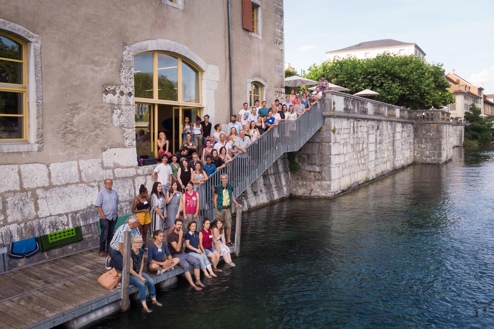 Gruppenfoto der Sommerakademie 2019 in einer ungewöhnlichen Perspektive - die Foto-Drohne macht's möglich.