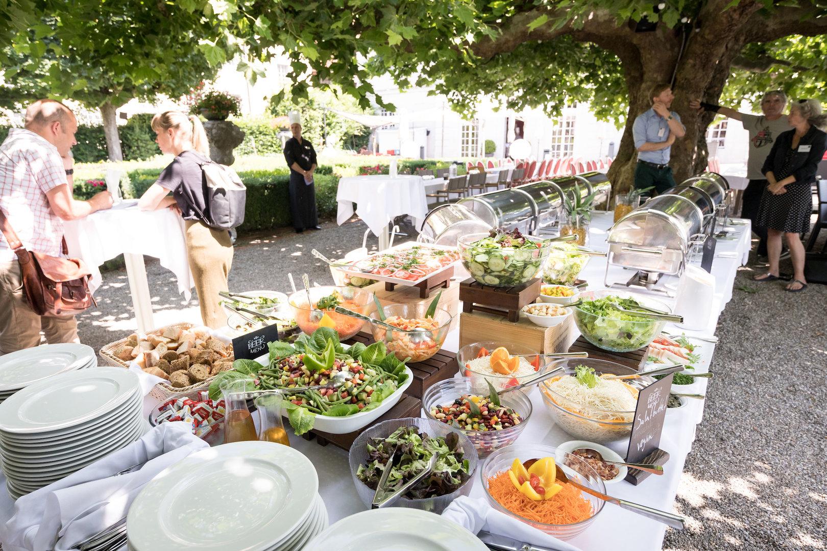 Beim reichhaltigen und schmackhaften Buffet fand jeder was Leckeres; auch Vegetarier*innen und Veganer*innen kamen voll auf ihre Kosten.
