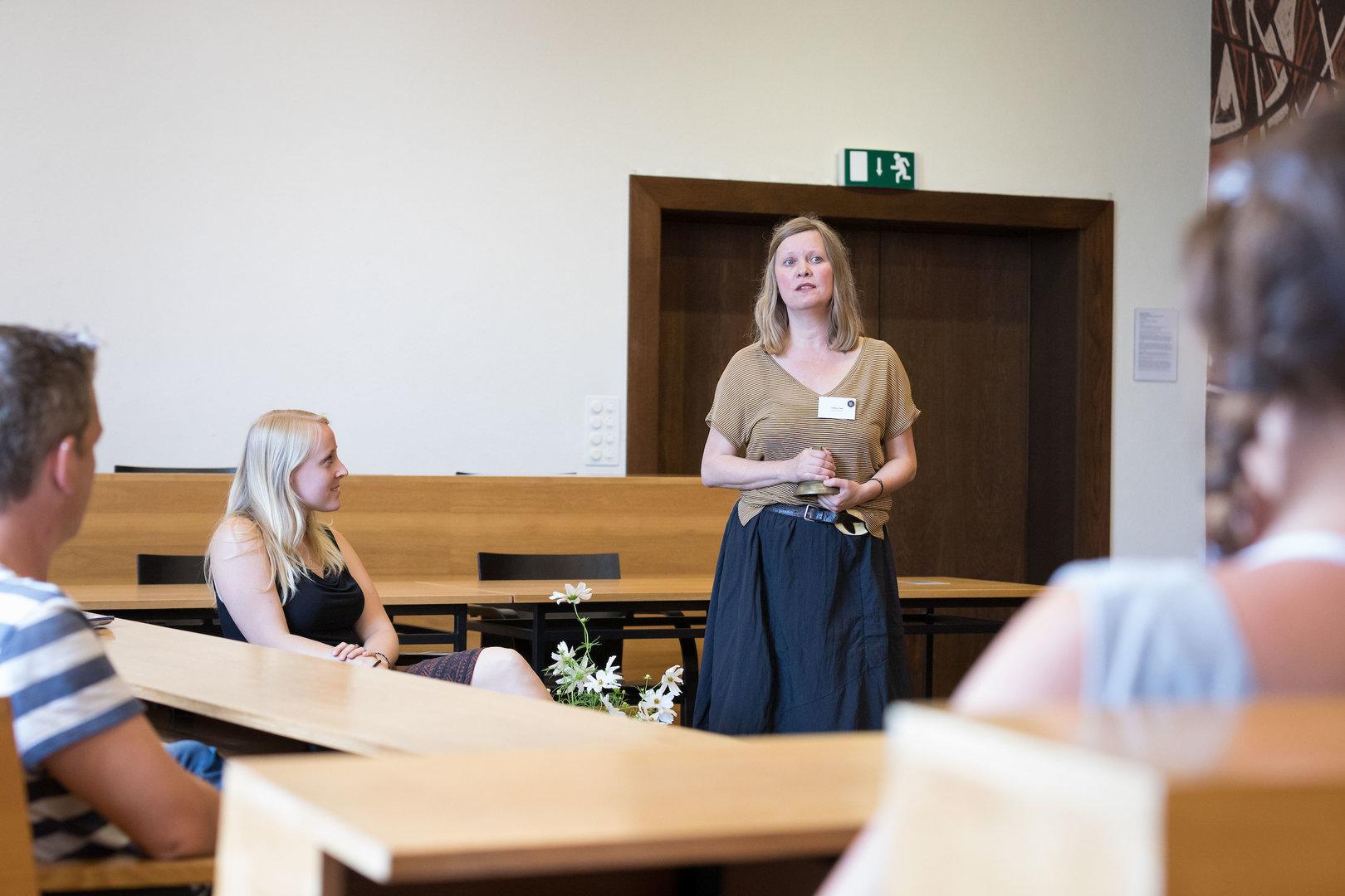 Schauspielerin Sandra Löwe eröffnet die Living Library und erklärt, wie die Ausleihe funktioniert.