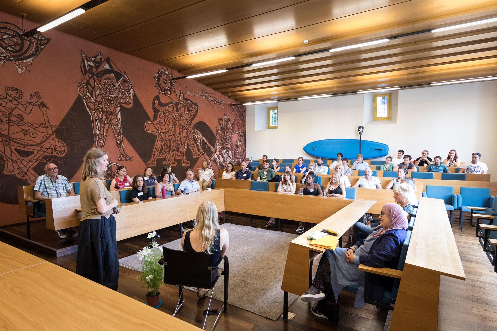 Sitzen wie die Politiker*innen: Im Gemeinderatsaal Solothurn.