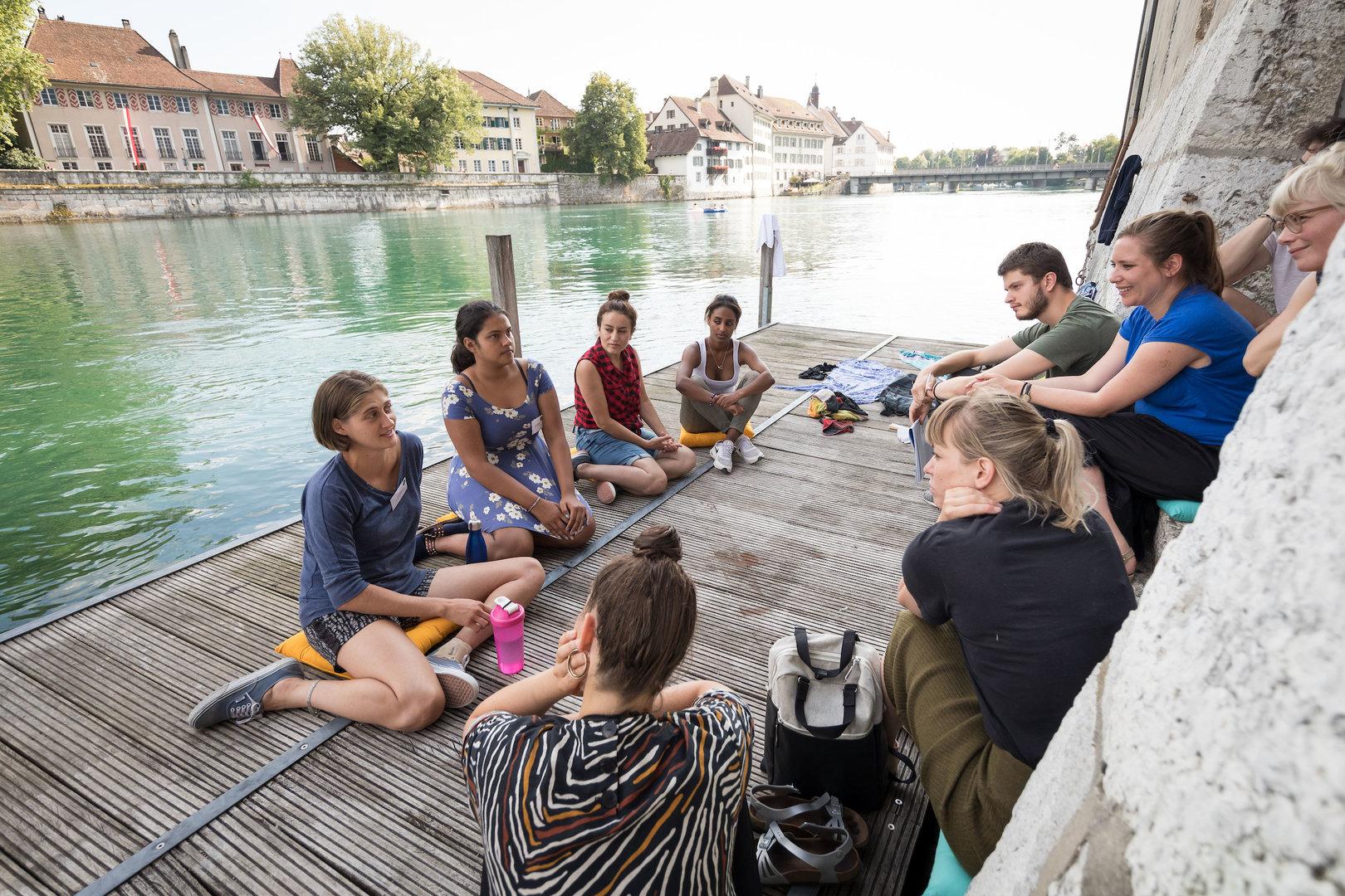 Ihr Lieblingsplatz: Die jungen Frauen von allrights.org auf dem Bootssteg des Landhauses.