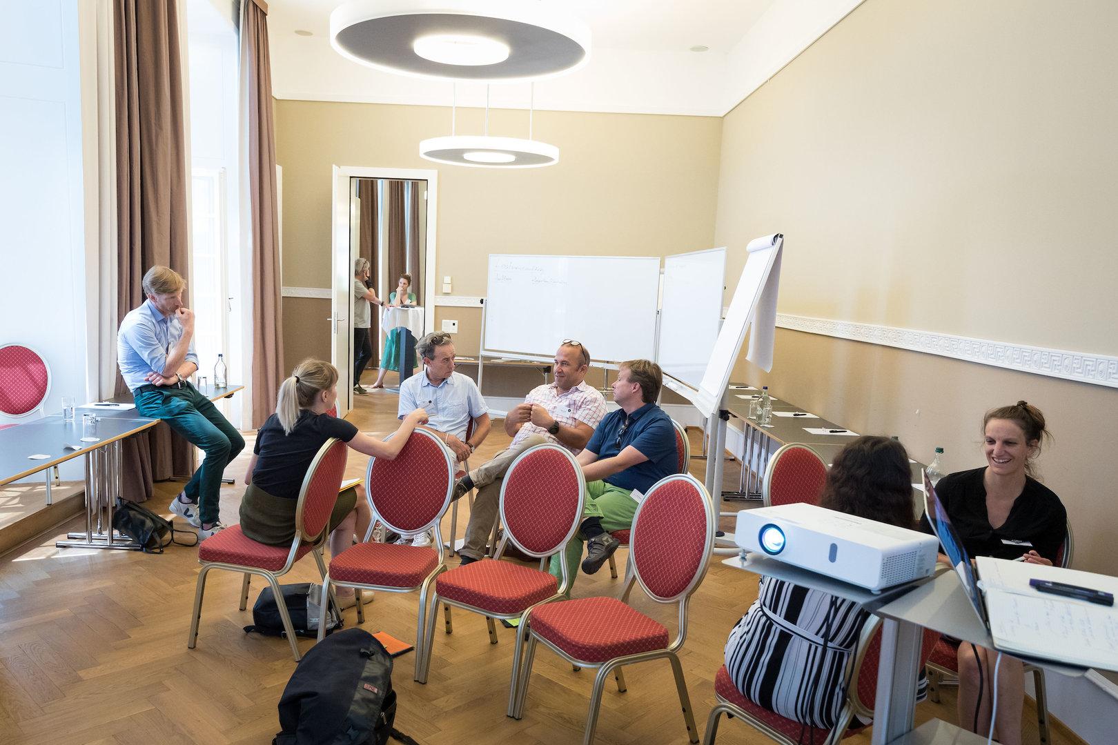 Bereits vor Beginn des Workshops entstehen angeregte Gespräche.