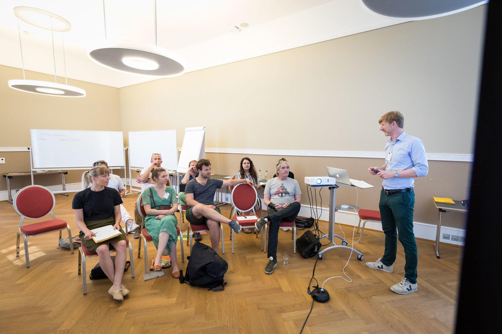 Philippe Anex, Coach und Organisationsberater, beginnt seinen Workshop.
