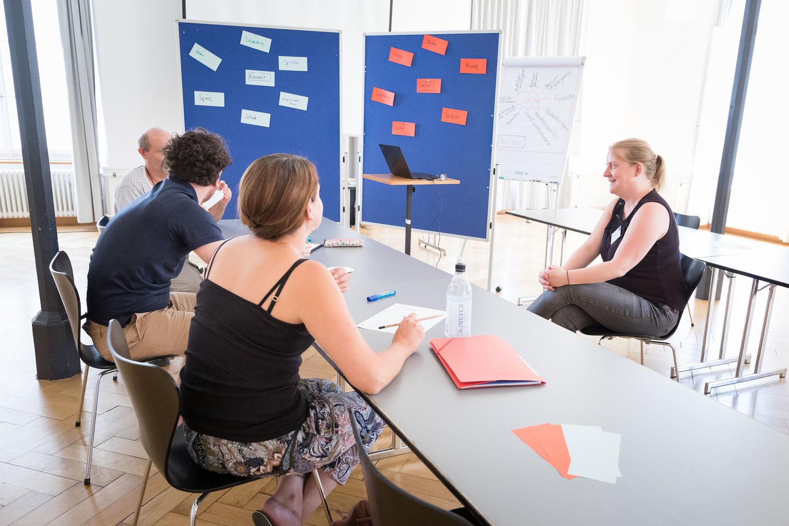 Anna Tavernini, Radioschule klipp+klang im Gespräch mit ihren Workshop-Teilnehmer*innen.