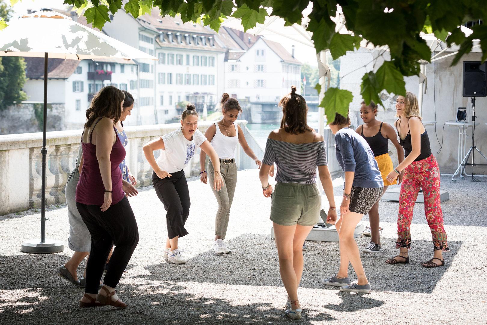 Lena Scheidegger, Projektleiterin von DanceQweenz (und des gleichnamigen Workshops), tanzt mit ihren Teilnehmerinnen.