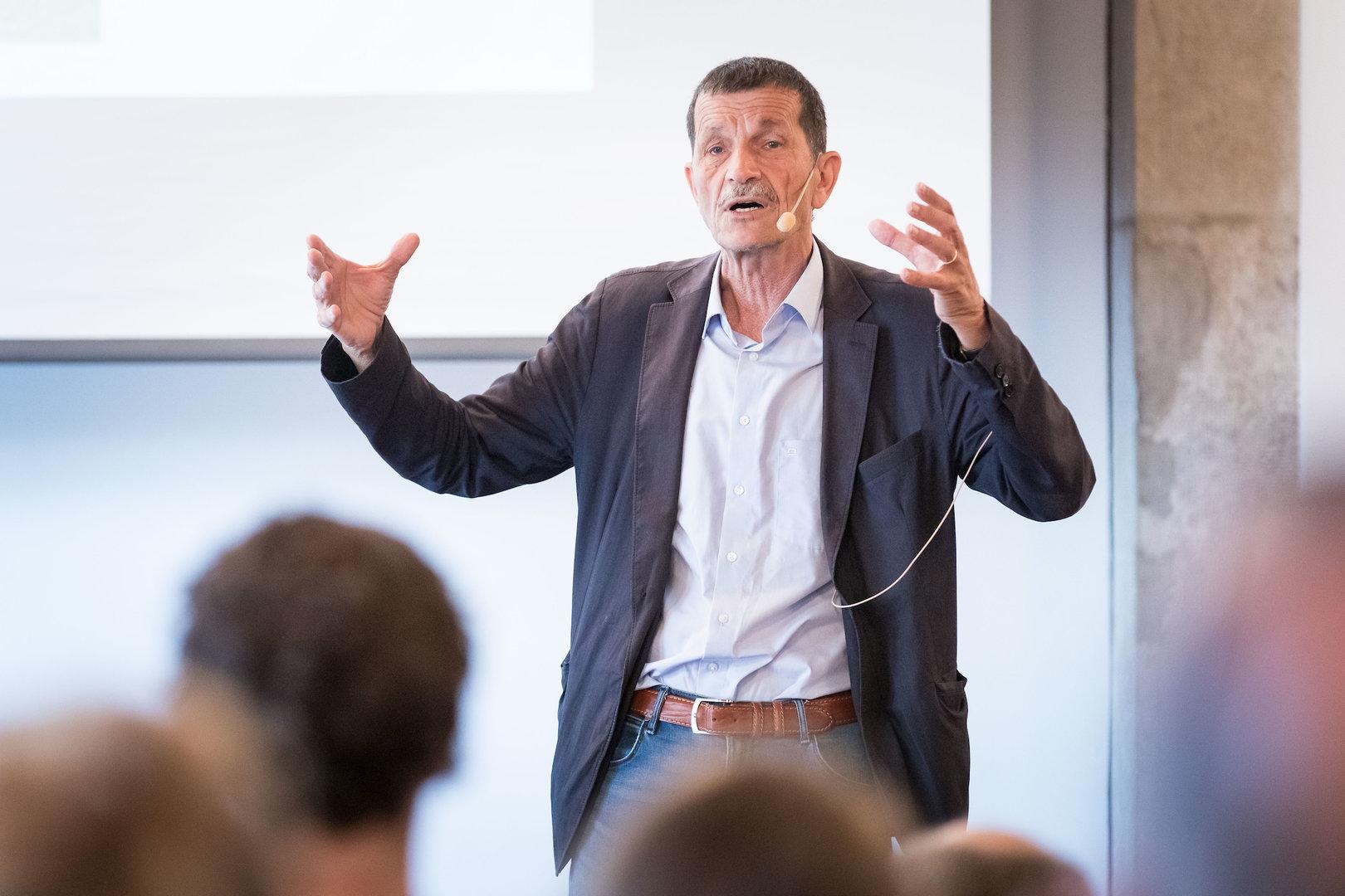 """Um 9.30 Uhr startete das Referat von Prof. em. Dr. Ueli Mäder: """"Wie Arme soziale Normen ausdrücken""""."""