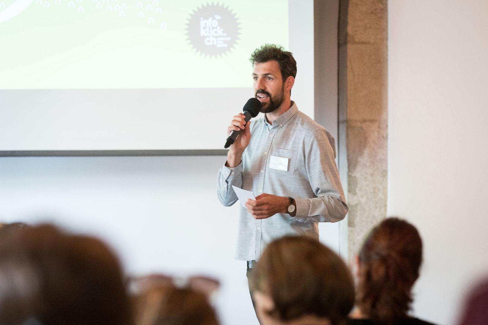 Moderator Daniel Oppliger eröffnet die 12. Sommerakademie 2019 in Solothurn.