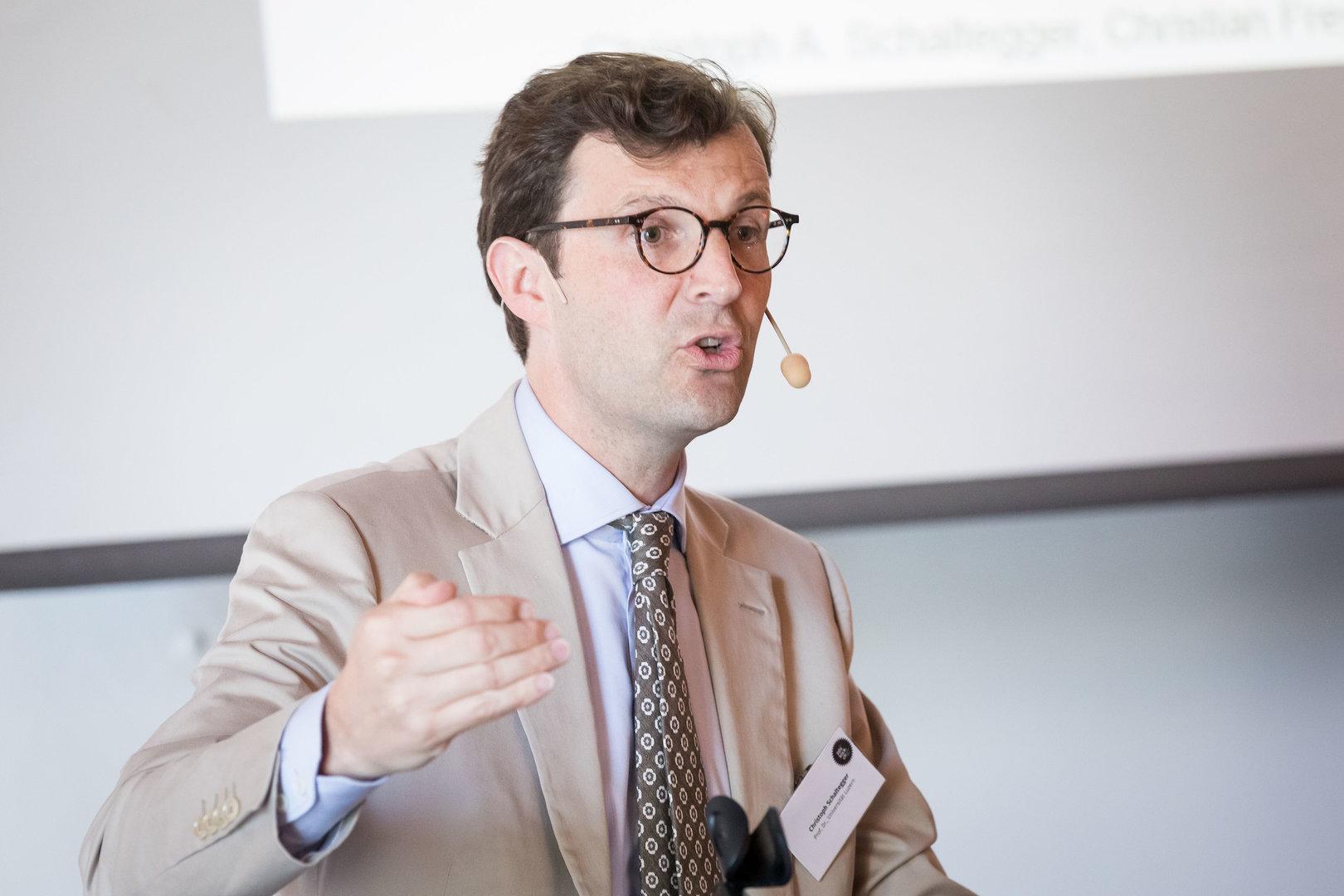 """Prof. Dr. Christoph A. Schaltegger lobt den Schweizer Arbeitsmarkt in seinem Referat """"Werden die Reichen immer reicher?""""."""